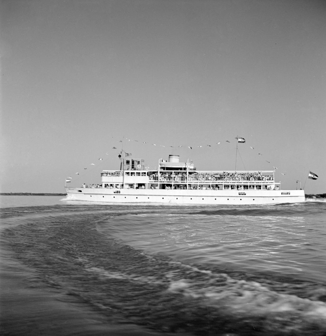 Balatonfüred, 1952. július 4. A feldíszített, utasokkal teli Beloiannisz hajó első útja Balatonfüredről, a hajóavatási ünnepségen. MTI Fotó/Magyar Fotó: Mező Sándor