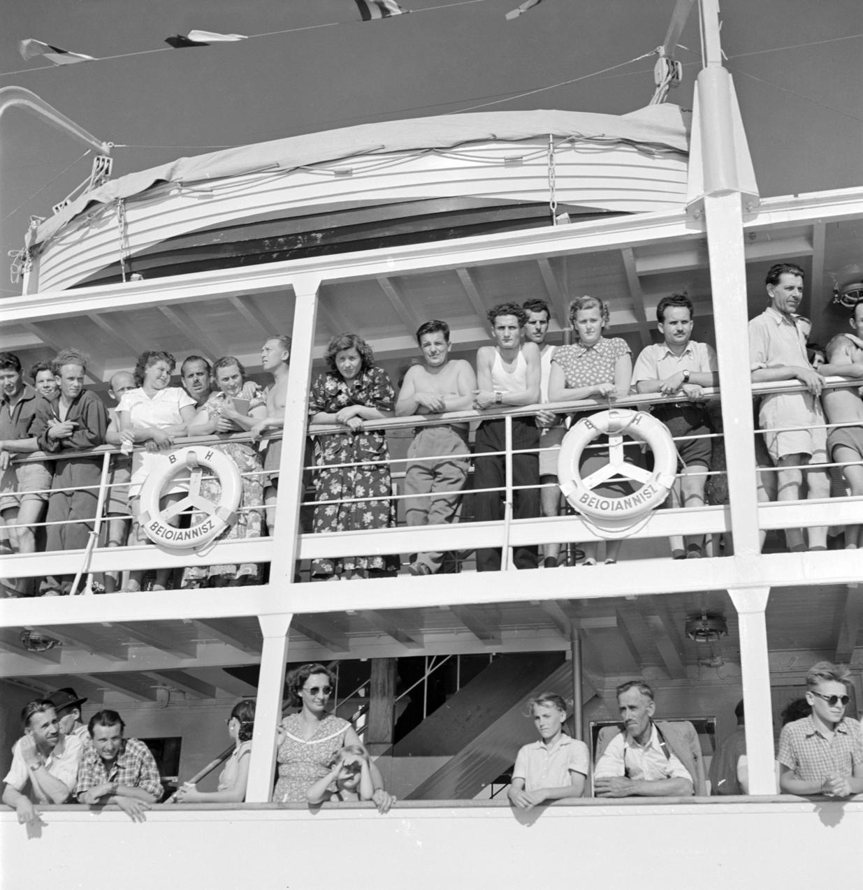Balatonfüred, 1952. július 4. A Beloiannisz hajó utasai a hajó első útján Balatonfüredről, a hajóavatási ünnepségen. MTI Fotó/Magyar Fotó: Mező Sándor