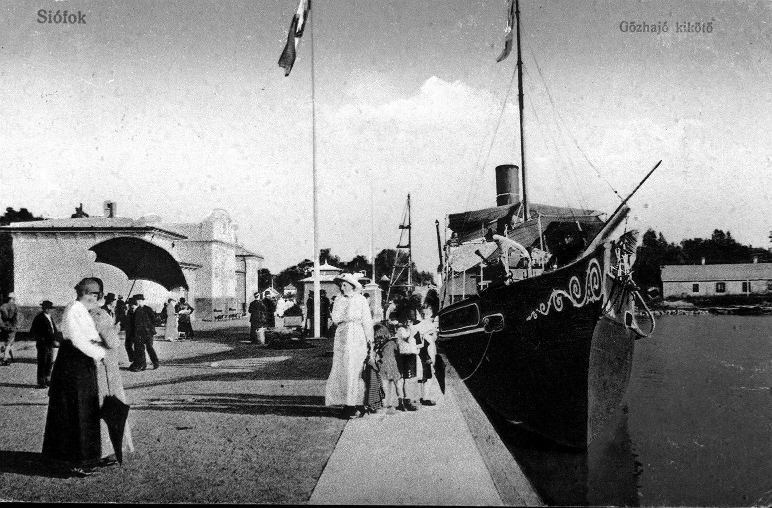 Budapest, 1987. január 18. Pesten 1846 áprilisában Széchenyi István elnökletével megalakult a Balaton Gőzhajózási Társaság, melynek alapszabály-tervezetét Kossuth írta. Az első balatoni gőzhajót szeptember 21-én - Széchenyi 55. születésnapján -  bocsátották vízre. A képen: a siófoki kikötő 1916-ban. MTI Fotó