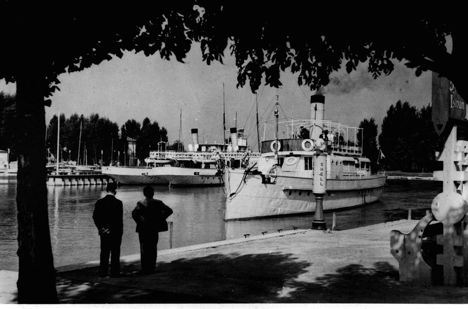 Budapest, 1987. január 18. Pesten 1846 áprilisában Széchenyi István elnökletével megalakult a Balaton Gőzhajózási Társaság, melynek alapszabály-tervezetét Kossuth írta. Az első balatoni gőzhajót szeptember 21-én - Széchenyi 55. születésnapján -  bocsátották vízre. A képen: a Jókai gőzhajó a siófoki kikötőben. MTI Fotó: Reprodukció