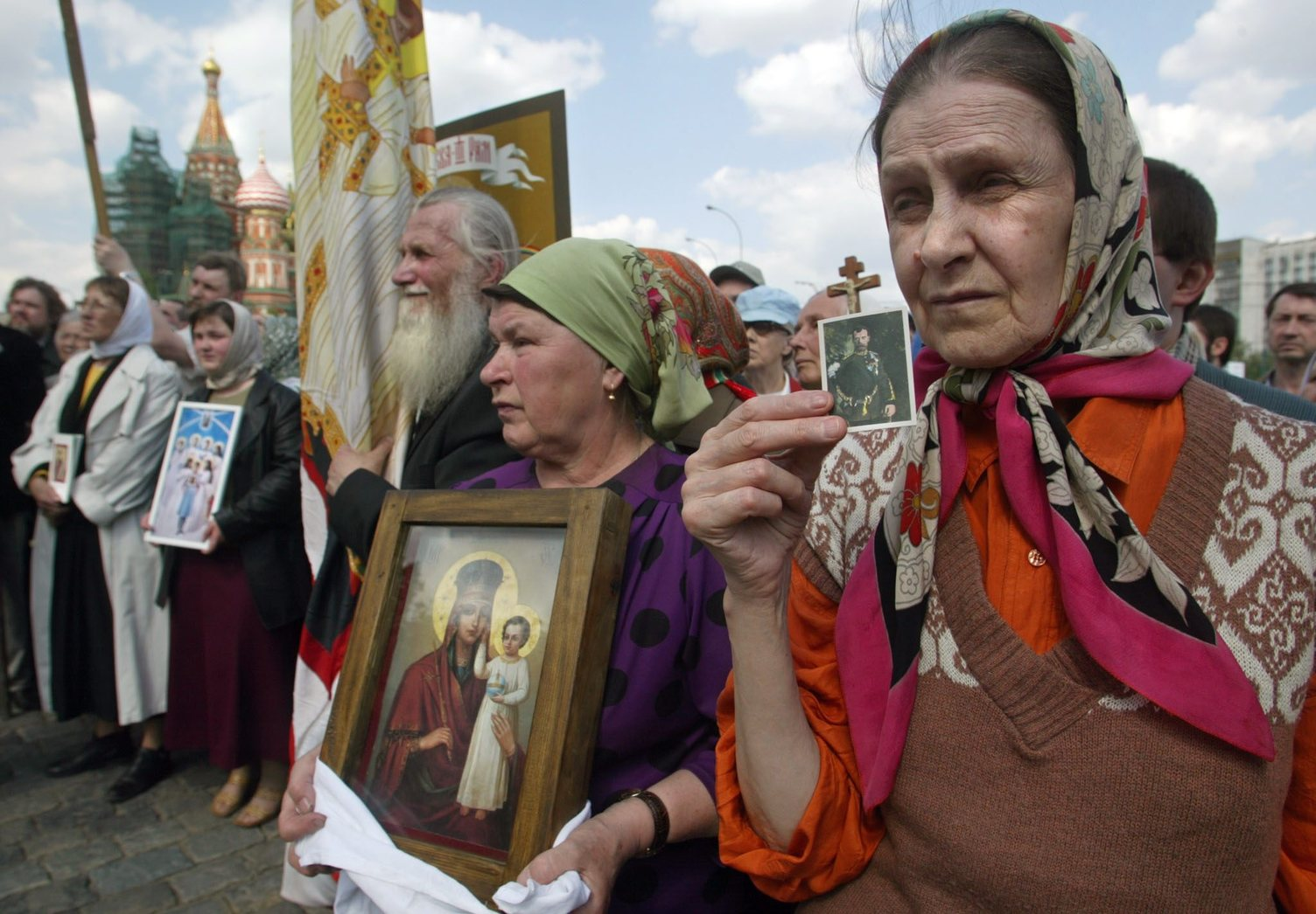 Egy asszony (j) II. Miklós, az utolsó orosz cár arcképét tartja kezében egy, a néhai uralkodó születésének 135. évfordulója alkalmából tartott megemlékezésen Moszkvában 2003. május 19-én. II. Miklós, azaz Nyikolaj Alekszandrovics Romanov 1868. május 18-án született és az 1917-es októberi forradalom győzelmét követően 1918. júliusban Jekatyerinburgban családjával együtt kivégezték. (MTI/EPA/Szergej Ilnyickij)