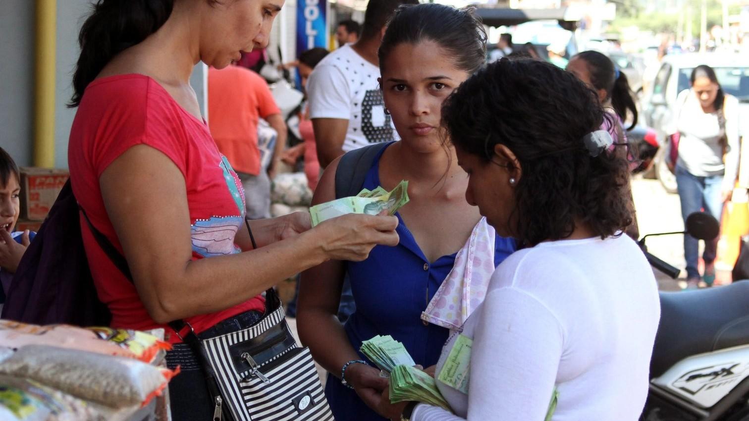 Helyi valutát számoló asszonyok egy piacon – képünk illusztráció (MTI/EPA/Schneyder Mendoza)