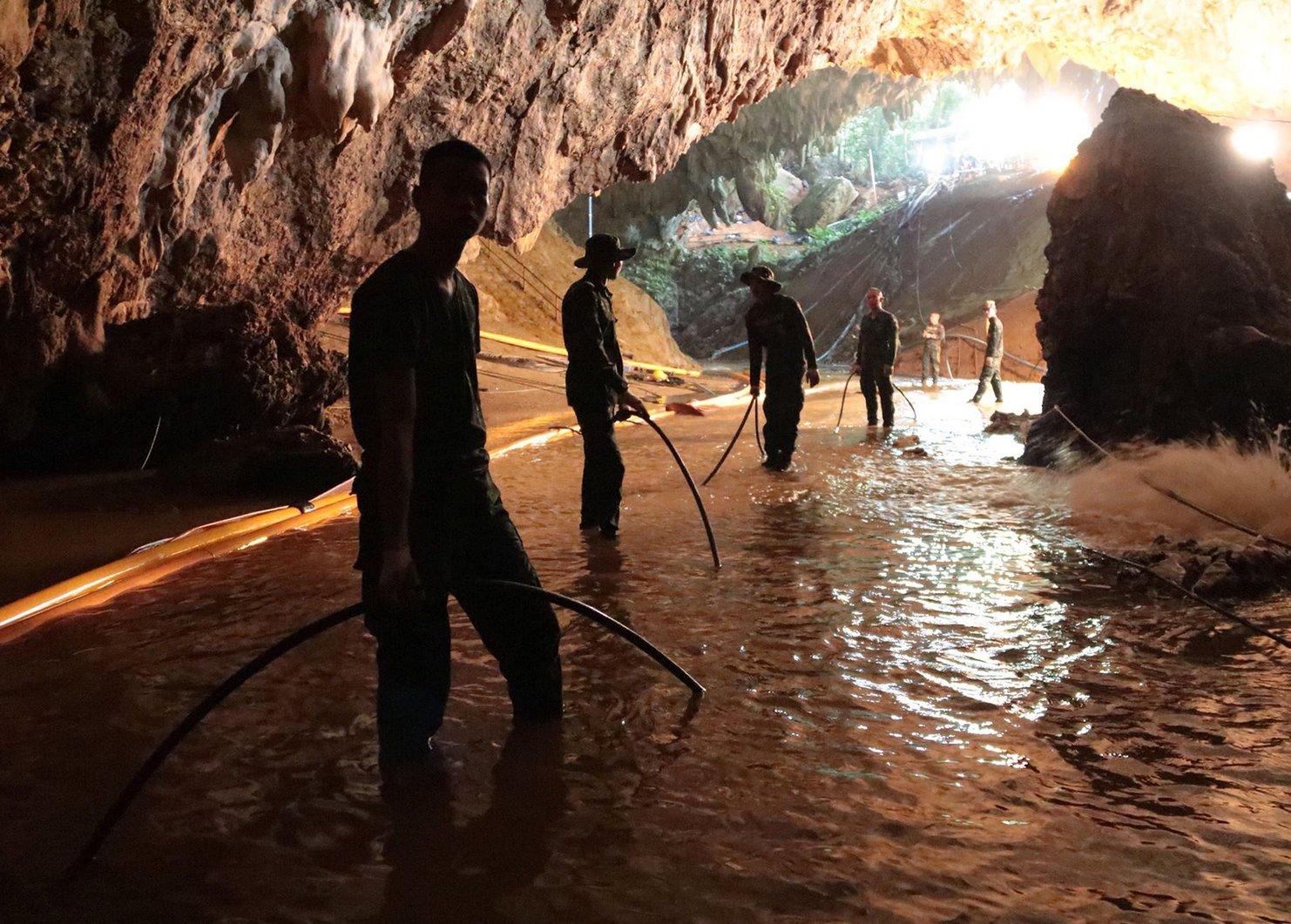 A thaiföldi haditengerészet közreadott felvétele katonákról az esővízzel elárasztott Tham Luang barlangban (MTI/EPA/Thaiföldi haditengerészet)