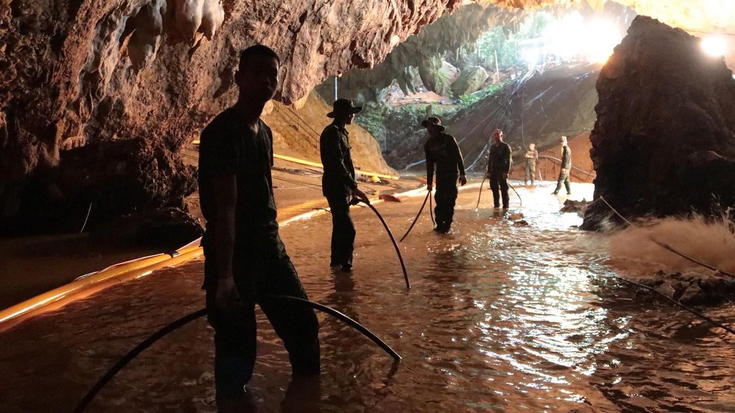 Katonák az esővízzel elárasztott Tham Luang barlangban, az ott rekedt tizenkét diák és edzője kimentésére végzett művelet közben az észak-thaiföldi Csiangraj tartományban fekvő Maeszaiban 2018. július 7-én (MTI/EPA/Thaiföldi haditengerészet)