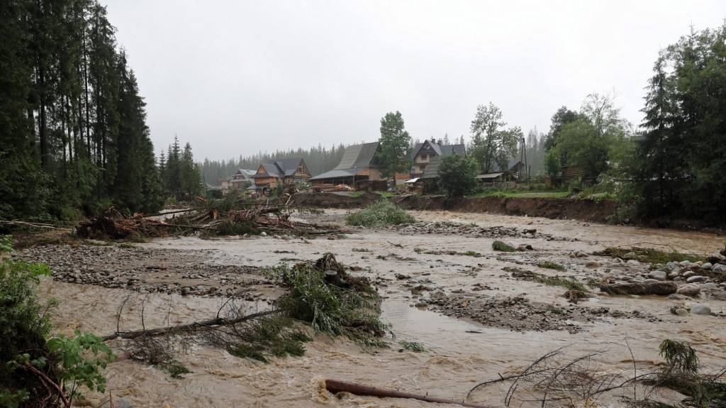Heves esőzések okoznak árvizet Szlovákiában, Lengyelországban
