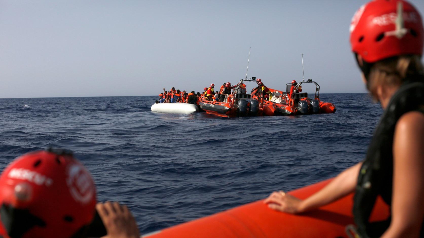 Földközi-tenger, 2018. július 1. Ana Miranda, az Európai Parlament képviselője (b) és egy újságíró (j) nézi, ahogy Európába igyekvő afrikai illegális bevándorlók gumicsónakjukból átszállnak a Proactiva Open Arms spanyol nem kormányzati szervezet Open Arms hajójának mentőcsónakjába a Földközi-tengeren, mintegy 30 tengeri mérföldre Líbia partjai előtt 2018. június 30-án. Az Open Arms 60 migránst vett a fedélzetére, hogy Olaszországba vigye őket, jóllehet Matteo Salvini olasz belügyminiszter lezárta az olasz kikötőket a migránsokat szállító úgynevezett mentőhajók előtt. (MTI/AP/Renata Brito)