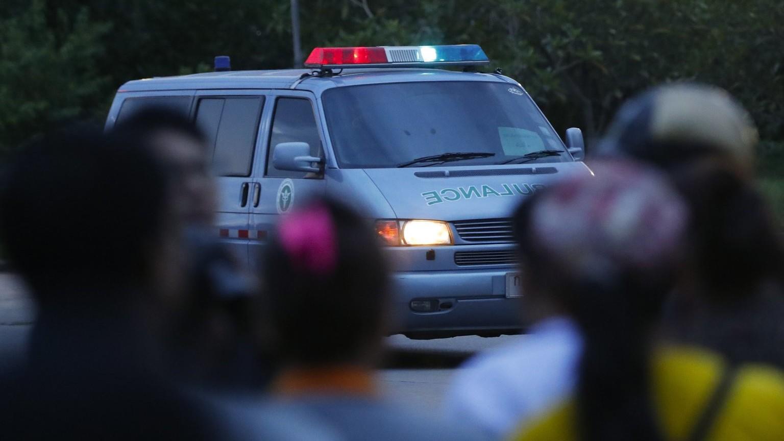 Feltehetőleg az egyik, barlangból kimentett fiút szállító mentőautó indul a kórház felé Csiangrajban 2018. július 10-én (MTI/AP/Vincent Thian)