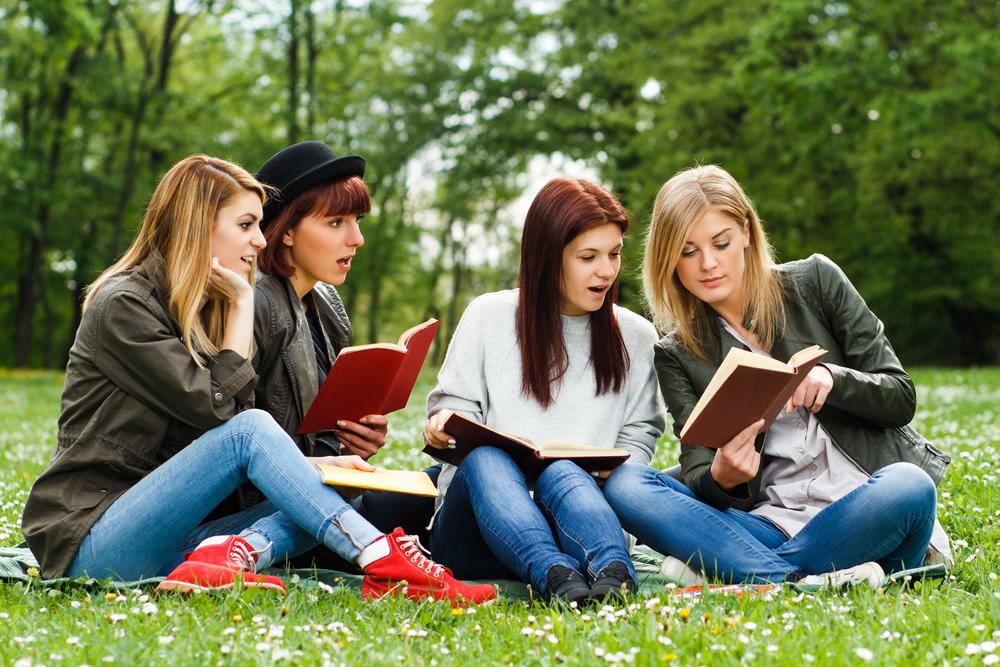Stockphoto - diákok - tanulás - campus