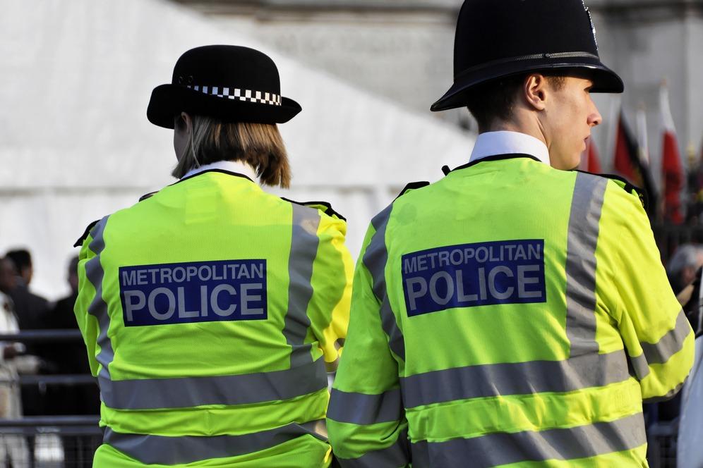 Egy gyerek és 38 felnőtt holttestet találták egy kamionban London közelében