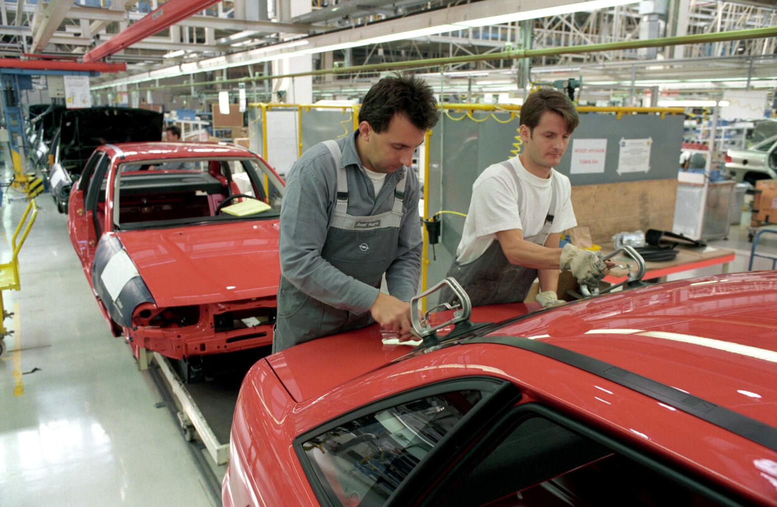Szentgotthárd, 1995. november 6. Az év második felében kezdték meg Szentgotthárdon az Opel Astrák harmadik típusának, az ötajtósok és a kombik után a négyajtós szedánok gyártását. Az új típusból még az idén 2000 darabot szállítanak Kínába. A képen: szerelik az Opel gépkocsikat. MTI Fotó: Czika László