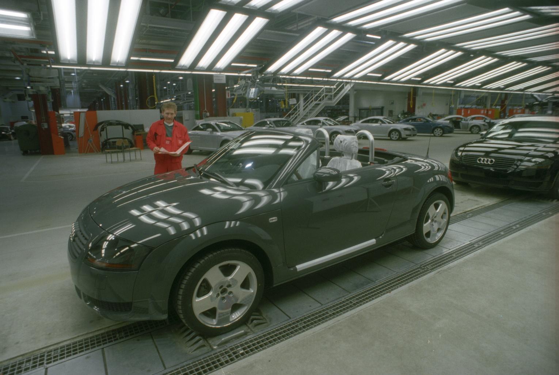 Győr, 1999. február 25. Készül a TT Roadster az Audi Hungária Motor Kft. győri gyárában. A Kft. és az Országos Műszaki Fejlesztési Bizottság közös sajtótájékoztatót tartott, ahol a gyár csúcstechnológiájához kapcsolódó fejlesztések állami támogatásáról és a jövőorientált beruházásokról adtak tájékoztatást. A vendégek először láthatták a legújabb Audi sportautót, a TT Roadstert. MTI Fotó: Matusz Károly