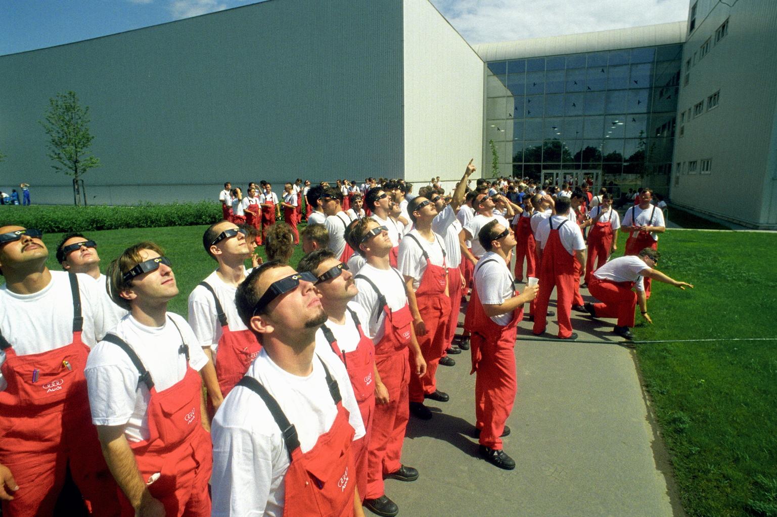 Győr, 1999. augusztus 11. Az Audi győri gyárának dolgozói figyelik a teljes napfogyatkozást az üzem udvarán. A különleges természeti jelenség időtartama alatt fél órára a termelés is leállt. MTI Fotó: Matusz Károly