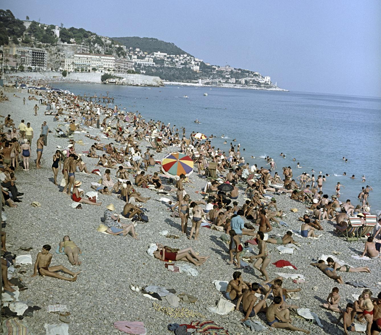 Nizza, 1958. augusztus 12. Strandoló turisták a nizzai tengerparton. MTI Fotó: Horváth Tamás