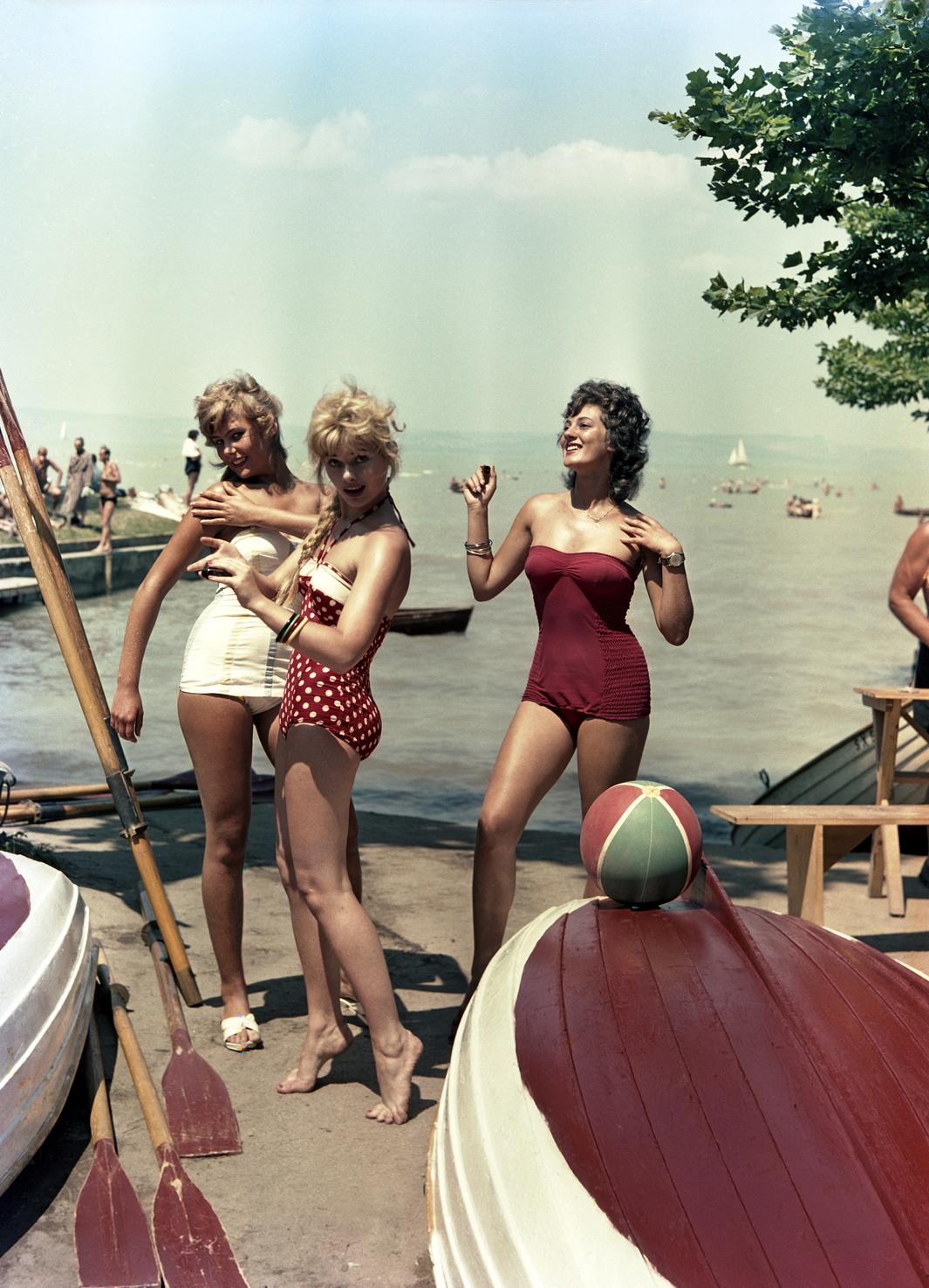 Siófok, 1960. augusztus 2. Nők napoznak a siófoki strandon. MTI Fotó: Járai Rudolf