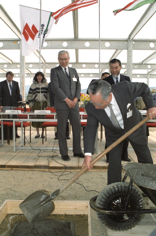 Esztergom, 1991. április 24.  Suzuki Osamu, a Suzuki Motor Corporation elnöke helyezte el az emlékkövet az épülő esztergomi gyárban. Hét évvel később naponta mintegy 200 autó gördül le a futószalagról       MTI Fotó: Mónos Gábor