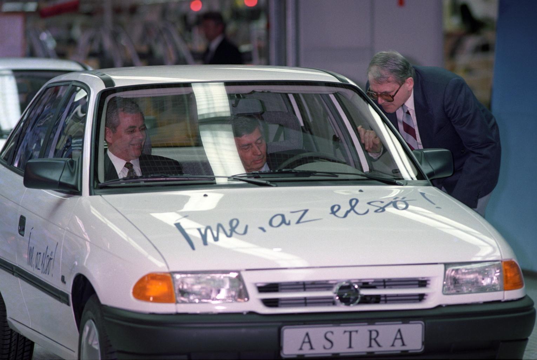 Szentgotthárd, 1992. március 13. Antall József miniszterelnök (az autóban, j) elvezeti az első magyarok gyártotta modern személygépkocsit, egy Opel Astrát az ünneplőkhöz a General Motors Hungary szentgotthárdi Opel-gyárának felavatásakor. MTI Fotó: Kovács Attila