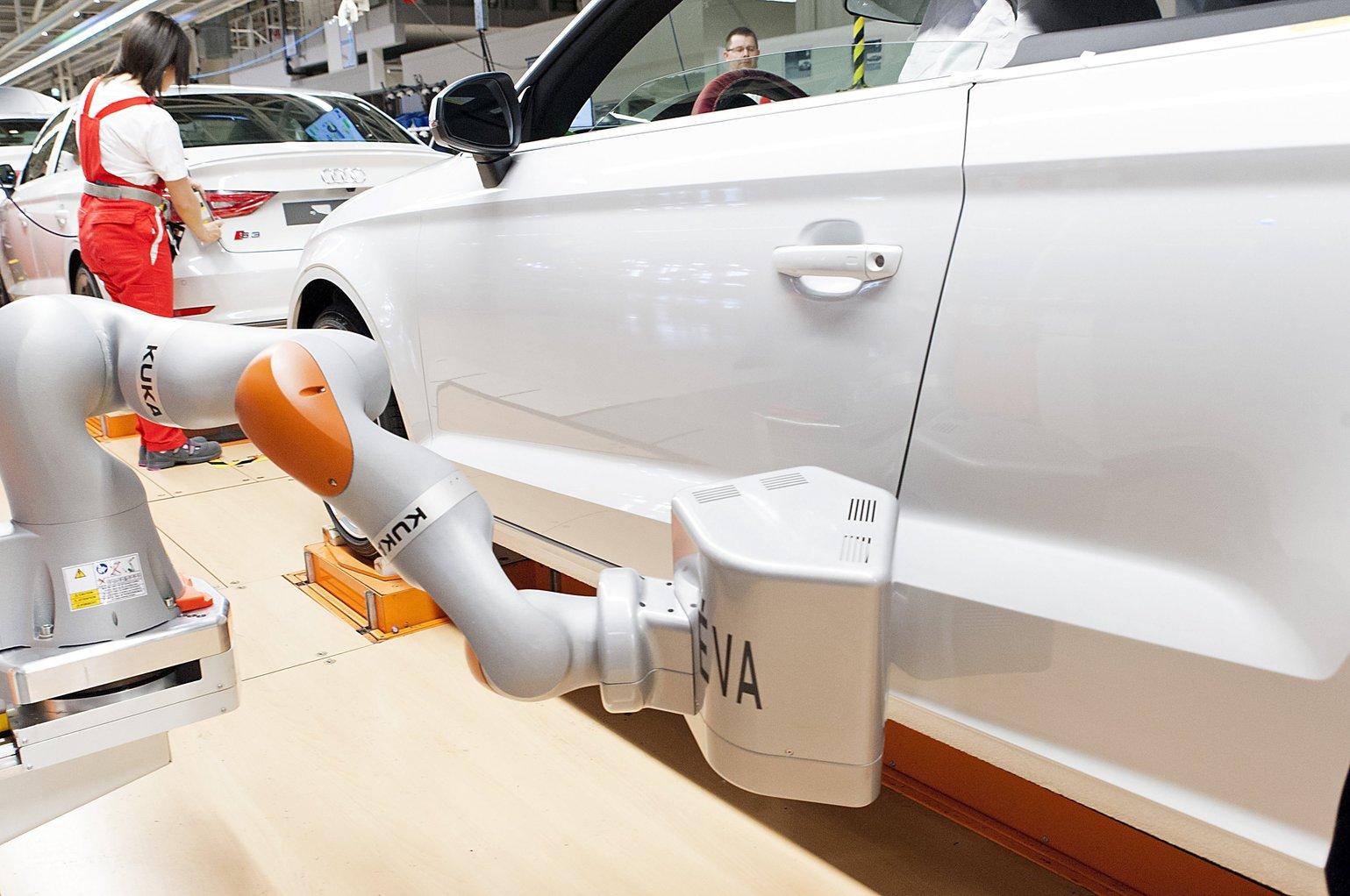 Győr, 2016. június 2. Egy KUKA iiwa R820 típusú robot az Audi Hungaria Motor Kft. győri gyárában 2016. június 2-án. A robotból, amelyeket az autók fugáinak és az alkatrészek illeszkedésének mérésére használják, kettőt állítottak üzembe. A berendezések a nehezen elérhető helyeken mérnek, amellyel a munkafolyamat felét veszik át a dolgozóktól. Ez autónként a munkaidő felét, naponta 14 ezer mérést jelent. MTI Fotó: Krizsán Csaba