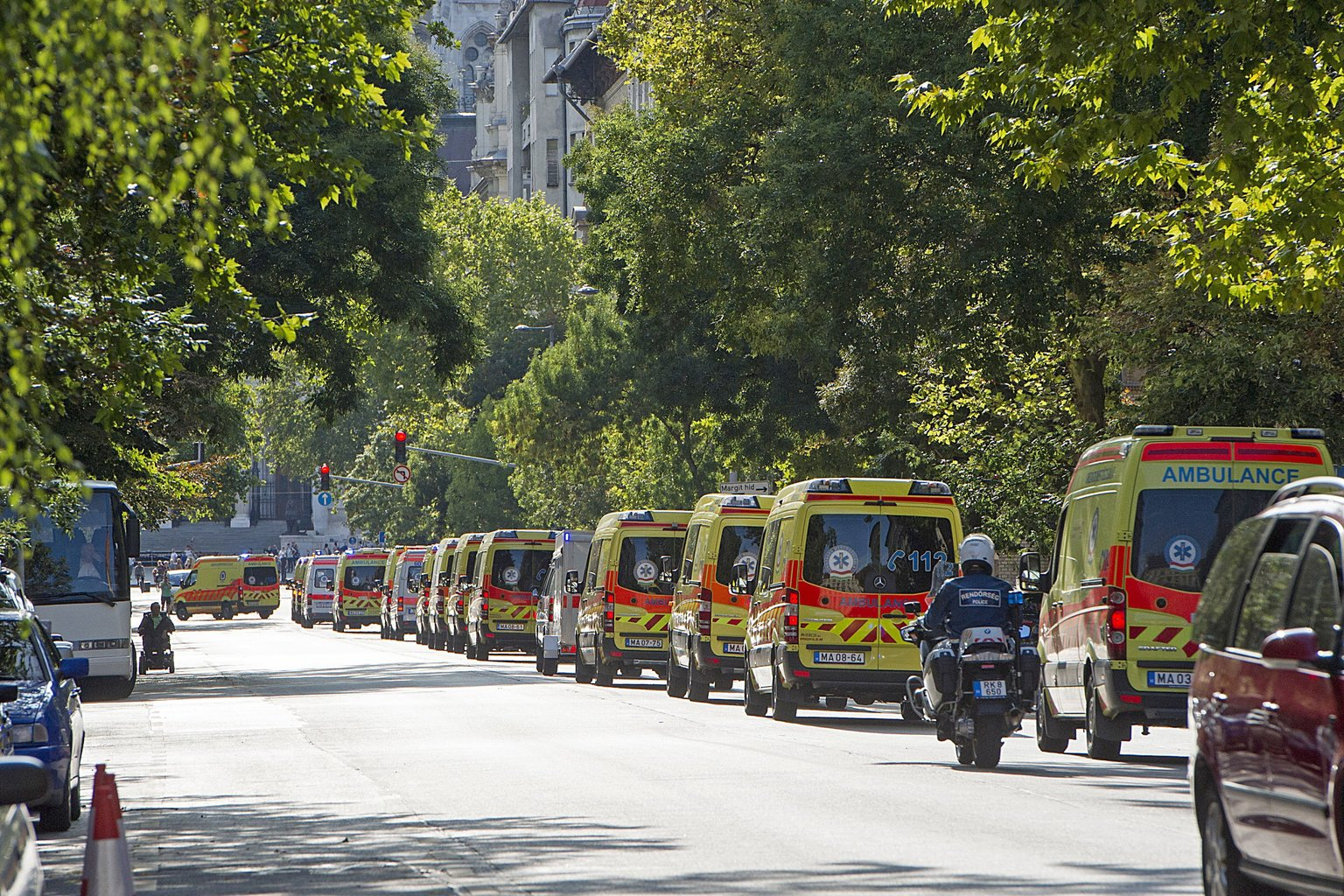 Budapest, 2017. augusztus 20. A fővárosi tűzijátékot biztosító mentőautók konvoja halad az V. kerületi Alkotmány utcában 2017. augusztus 20-án. Az Országos Mentőszolgálat 36 pluszkocsit vezényel a helyszínekre. A budai és a pesti oldalon is lesz egy-egy tömegesbaleseti egység is, amely szükség esetén sok sérült egyszerre történő ellátására is alkalmas, egy sátorral, amelyben helyszíni ambulanciát alakíthatnak ki. MTI Fotó: Lakatos Péter