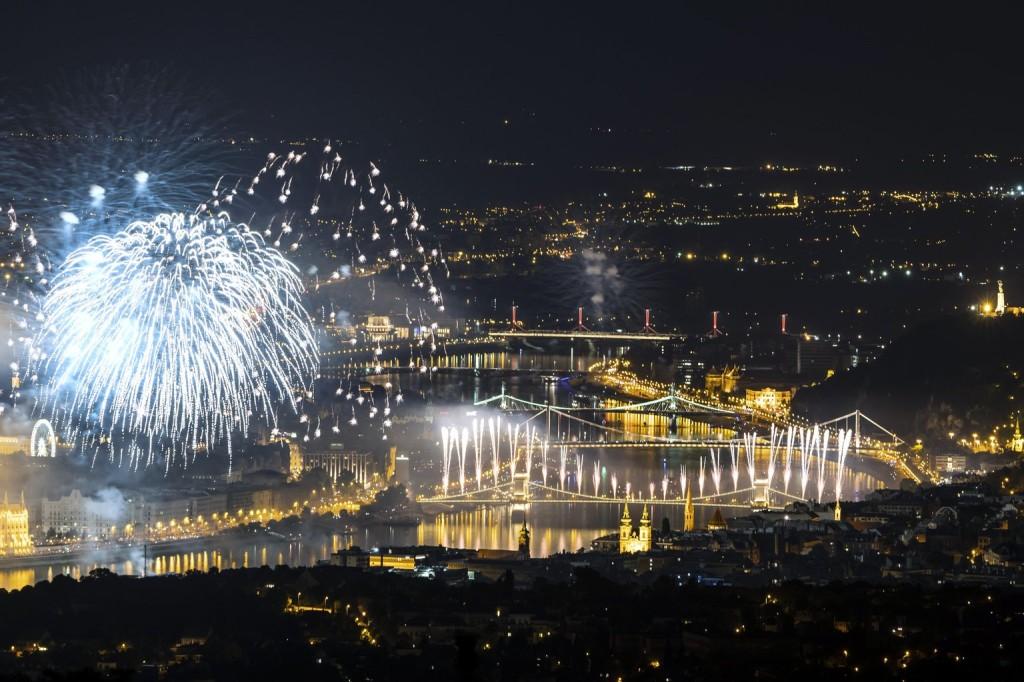 Itt nézheti élőben az ünnepi tűzijátékot