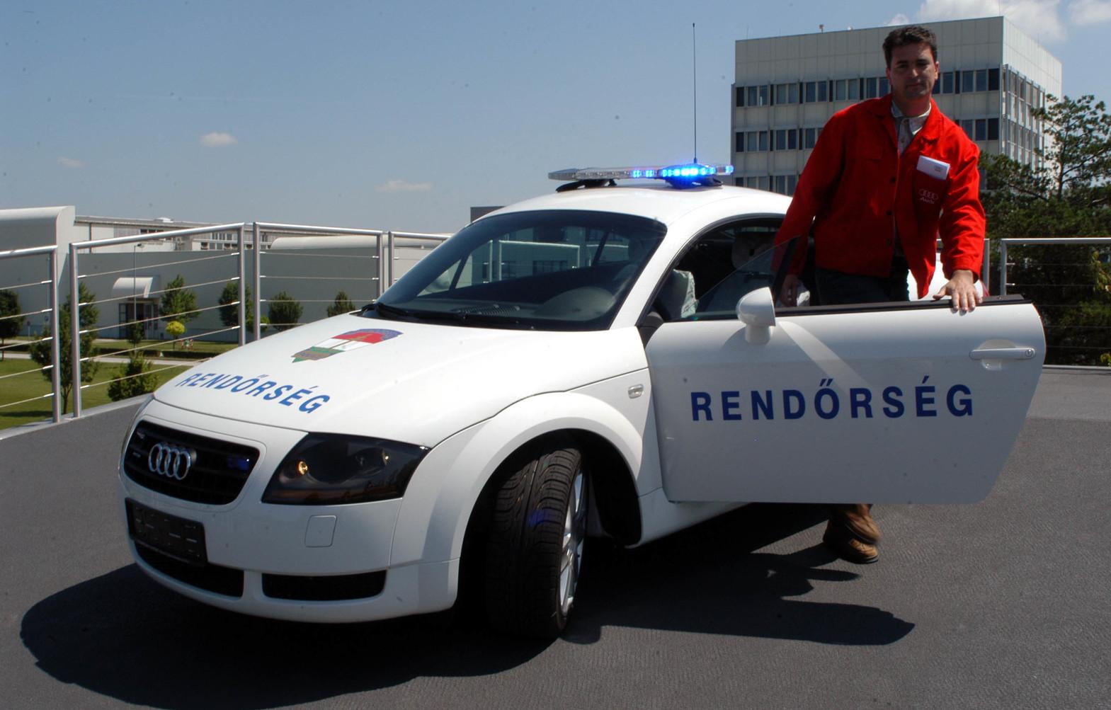 Győr, 2005. június 21.  Egy speciális rendőrségi célokra átalakított Audi TT sportkocsit ajándékoz az autópálya-rendőrségnek  a közlekedésbiztonság javítása érdekében a győri Audi Hungária Motor Kft. Az Audi TT Coupéba egy  225 lóerős, 1,8 literes ötszelepes négyhengeres turbómotort építettek be.  A jármű végsebessége megközelíti a 250 kilométer/órát. Az autó tetejére egy amerikai gyártású különleges fényhidat szereltek fel, amelyet Európában először alkalmaznak. A fényhíd által okozott légáramlási hatások ellensúlyozására nagyobb spoilert, légterelő szárnyat is kapott a jármű. MTI Fotó