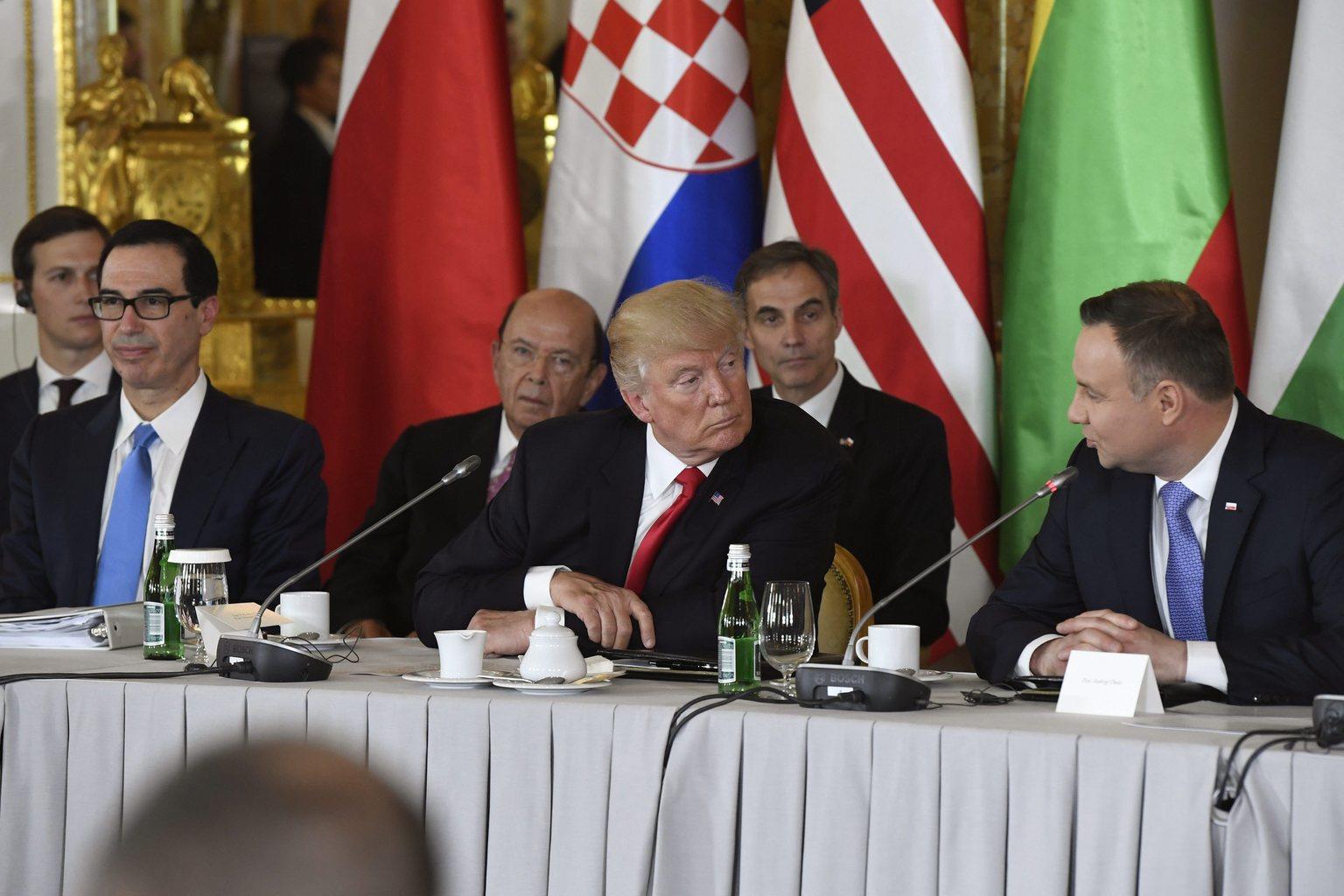 A vendégként részt vevő Donald Trump amerikai elnök és Andrzej Duda lengyel elnök az úgynevezett Három Tenger Kezdeményezésben érintett 12 kelet-, illetve közép-európai ország államfőinek találkozóján a varsói királyi várban (Fotó: MTI/Koszticsák Szilárd)