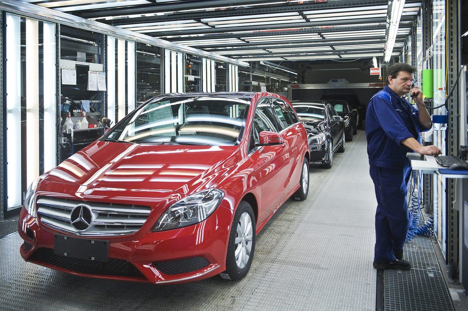 Kecskemét, 2013. szeptember 30. Egy dolgozó telefonál egy Mercedes-Benz B osztályú autó mellett a szerelőüzemben, a Mercedes-Benz kecskeméti gyárában 2013. szeptember 30-án. A Daimler AG másfél éve nyitotta meg gyárát Kecskeméten, ahol októbertől a nagyközönség előtt is megnyílnak az üzem kapui. A 18 hónap alatt több mint 100.000 Mercedes-Benz B-osztály, illetve CLA-modell gördült le a hazai gyártósorról. MTI Fotó: Ujvári Sándor