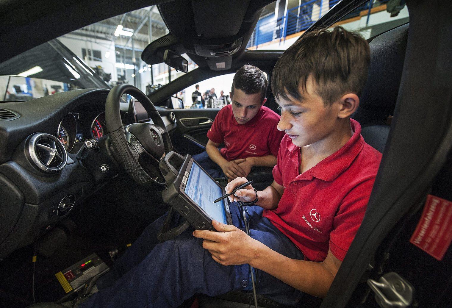 Kecskemét, 2014. április 29. Duális képzésben részt vevő tanulók egy személygépkocsi elektronikájának programozását végzik a Mercedes-Benz kecskeméti oktatási központjában 2014. április 29-én.