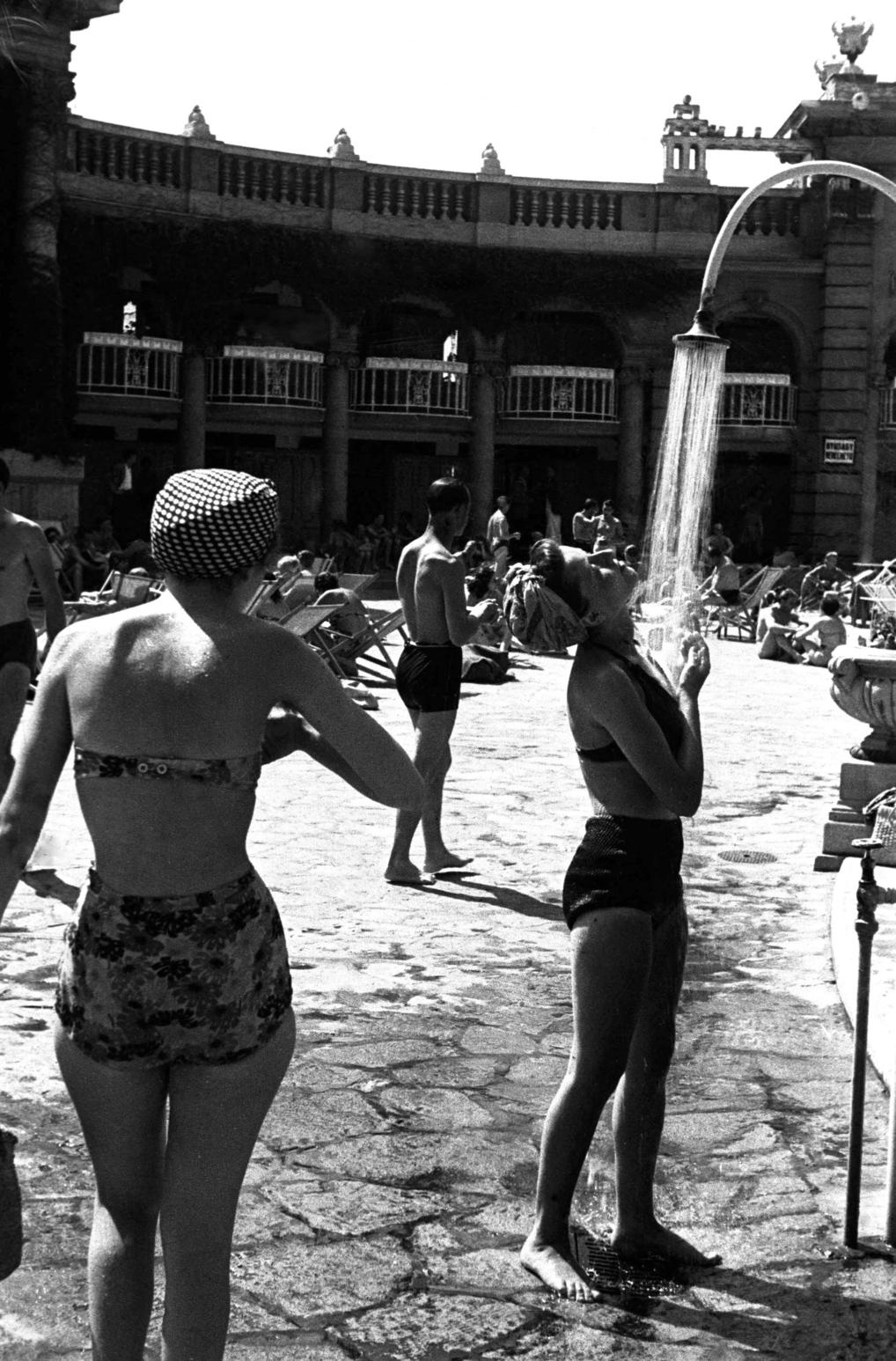 Budapest, 1947. június 4. Strandolók a Széchenyi gyógyfürdő (XIV. Állatkerti krt.) kinti, melegvizű medencéje mellett.  MTI Fotó/MAFIRT