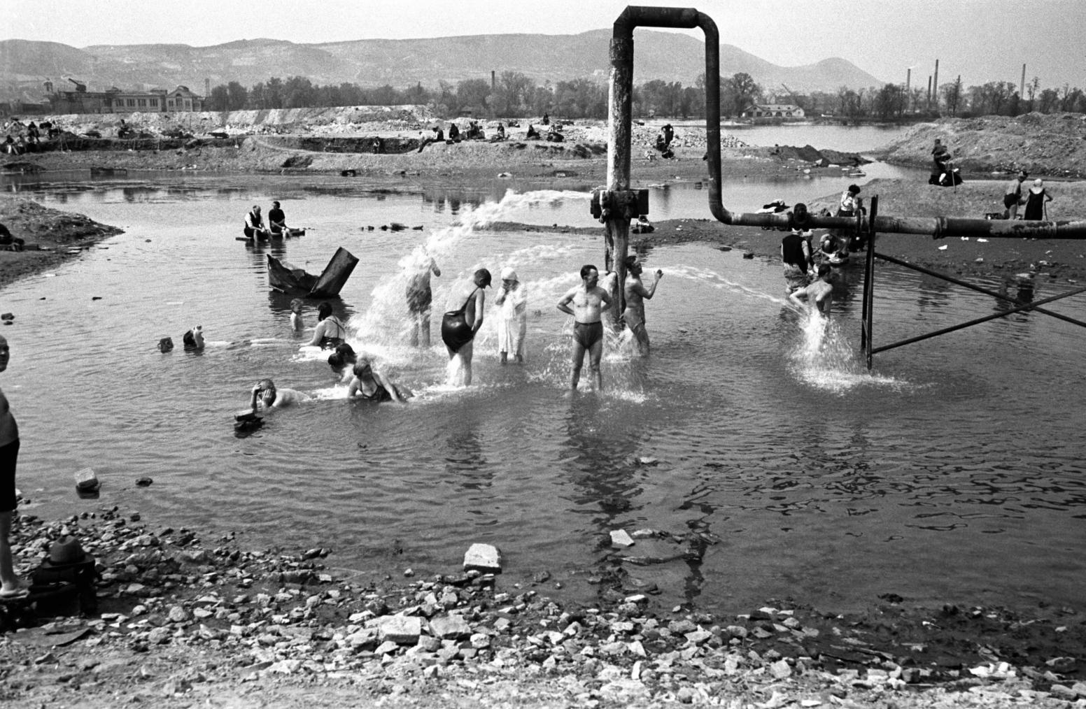 Budapest, 1948. április 15. A Szabadság strandfürdő néven működő, medencével nem rendelkező Dagály utcai strand egykori látképe. MTI Fotó: Kozacsek Elek