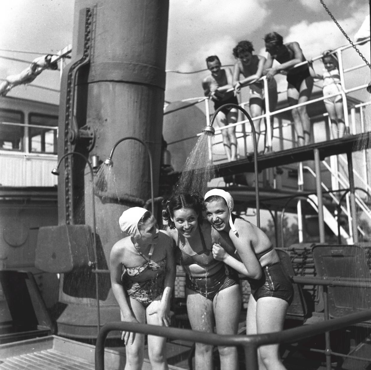 Budapest, 1950. július Fiatalok a Felszabadulás gőzhajó fedélzetén, melyen üdültetési céllal strandot alakítottak ki. A felvétel készítésének pontos ideje ismeretlen. Magyar Fotó: Kovács Lajos