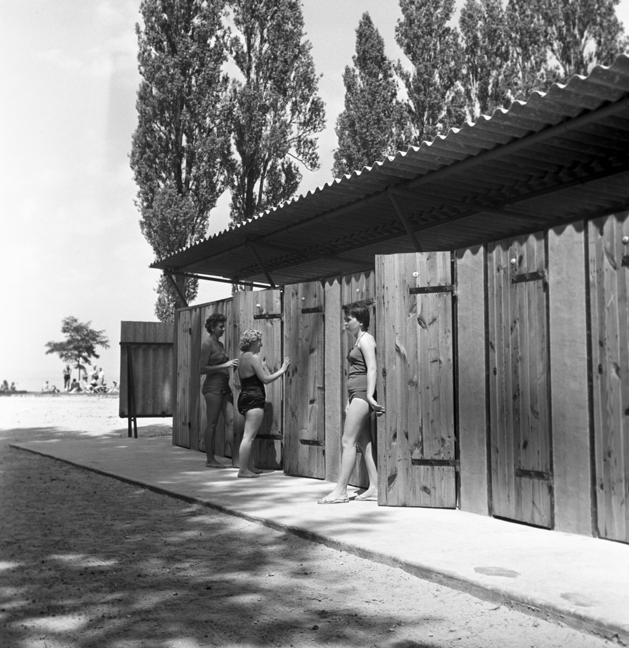 Siófok, 1960. augusztus 9. Fürdőruhás nők az öltözőkabinoknál egy Balaton-parti strandon. MTI Fotó: Urbán Nándor