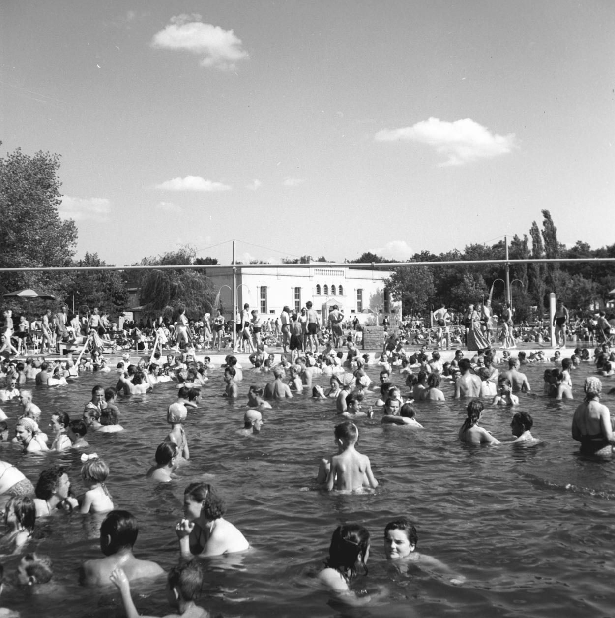 Hajdúszoboszló, 1956. július 16. Hajdúszoboszlói strandrészlet. MTI Fotó: Jármai Béla