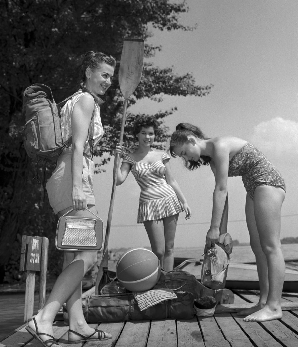 Budapest, 1960. augusztus 1. Strandolók érkeznek a Római-partra. MTI Fotó: Járai Rudolf