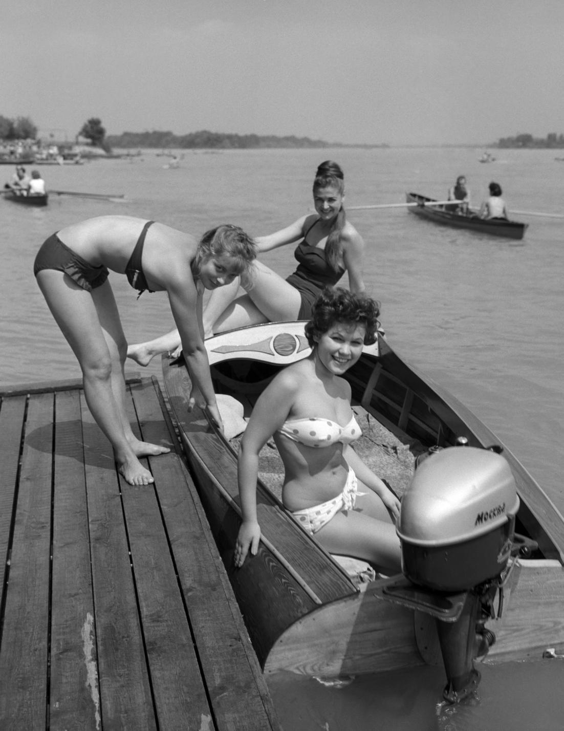Budapest, 1960. augusztus 1. Motorcsónakba szálló fiatal lányok a Római-parton. MTI Fotó: Járai Rudolf