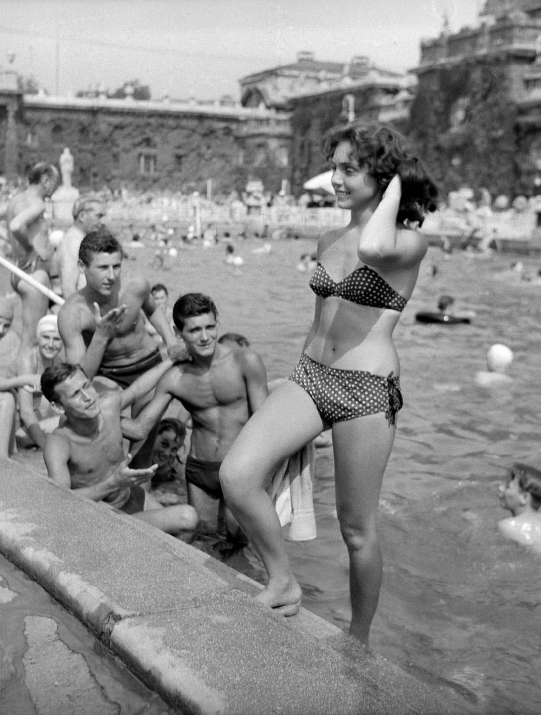 Budapest, 1958. július 10. Strandolók a Széchenyi fürdő medencéjében. MTI Fotó: Lónyai Mária