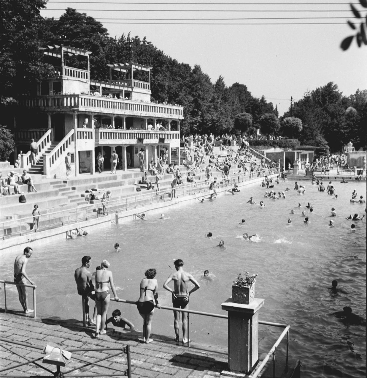 Budapest, 1956. július 13. Fürdőző emberek a Csillaghegyi Strandon. MTI Fotó: Petrovits László