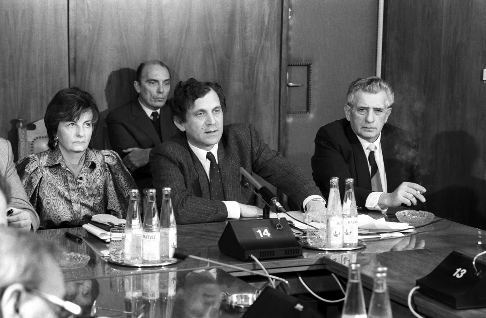 Budapest, 1990. január 9. Lepsényi István, az Ikarus Gyár vezérigazgató-helyettese (k) tájékoztatja a sajtó képviselőit a Suzuki személyautók magyarországi gyártásáról szóló megállapodás létrejöttéről. Az Esztergomban felépülő gyárban 1992-ben indul el a termelés. MTI Fotó: Balaton József