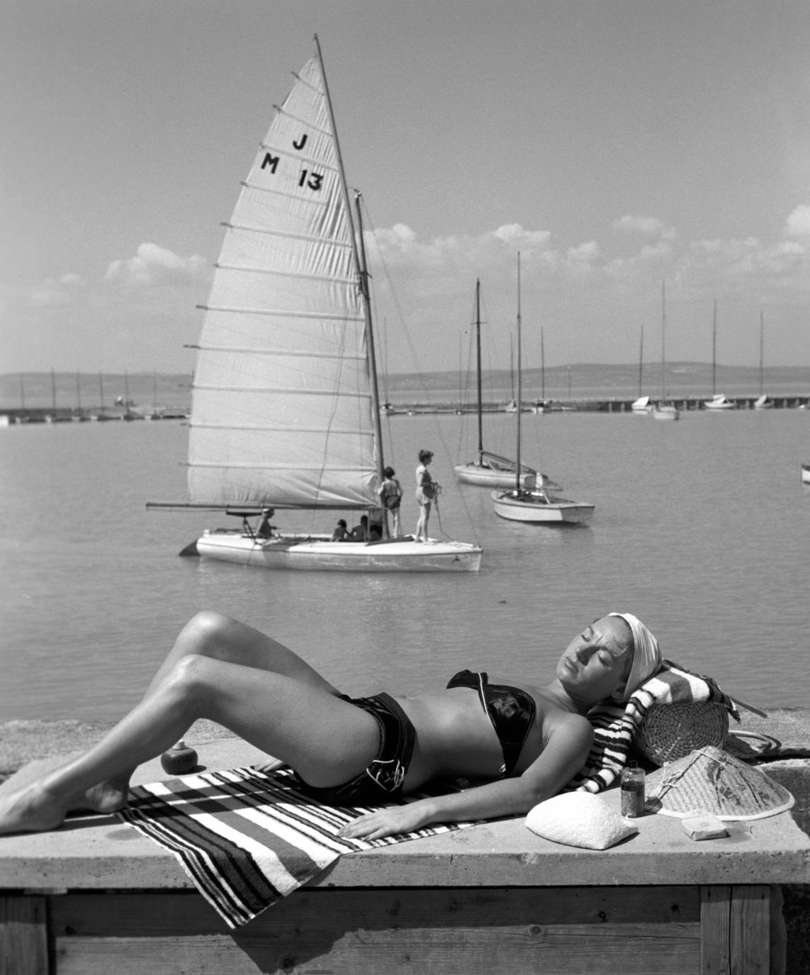 Siófok, 1958. július 31. Géczi Dorottya színésznő napozik a siófoki strandon. MTI Fotó: Bojár Sándor