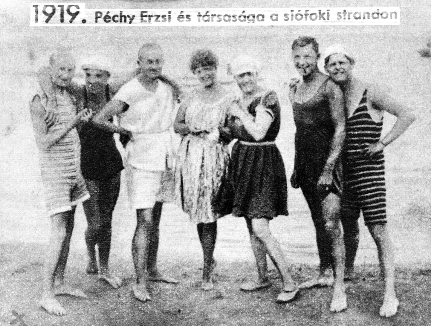Siófok, 1919. nyár Péchy Erzsi és társasága a siófoki strandon. A felvétel készítésének pontos dátuma ismeretlen. MTI Fotó/Reprodukció