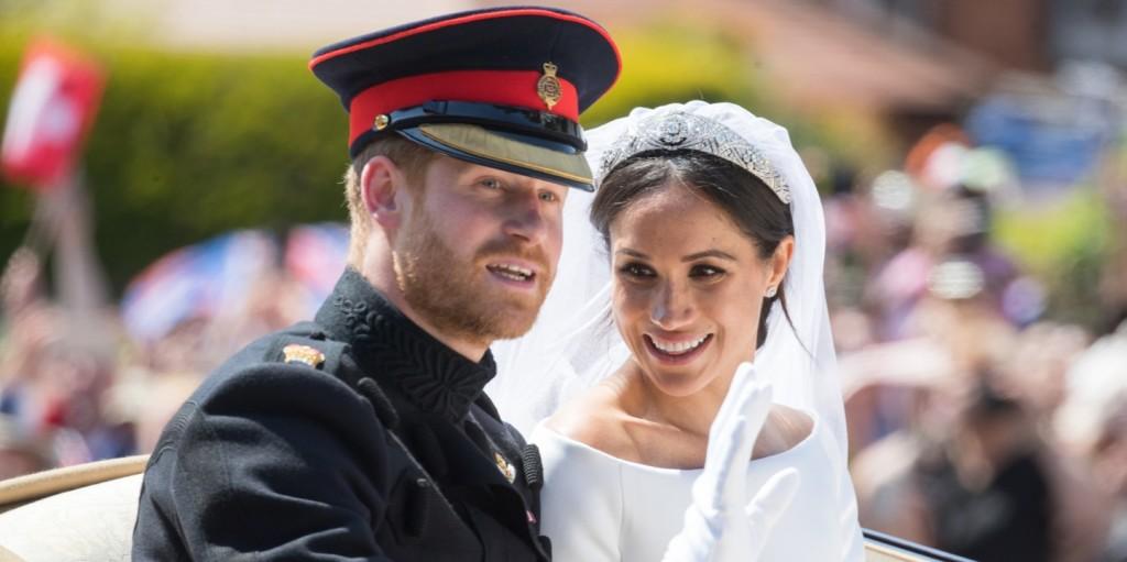 Harry herceg és Meghan hercegné karácsonyi pulcsis viaszszobra rémálomba illő