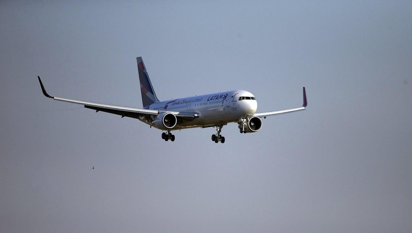 A LATAM latin-amerikai légitársaság repülőgépe (Fotó: MTI/EPA/Fernando Bizerra)