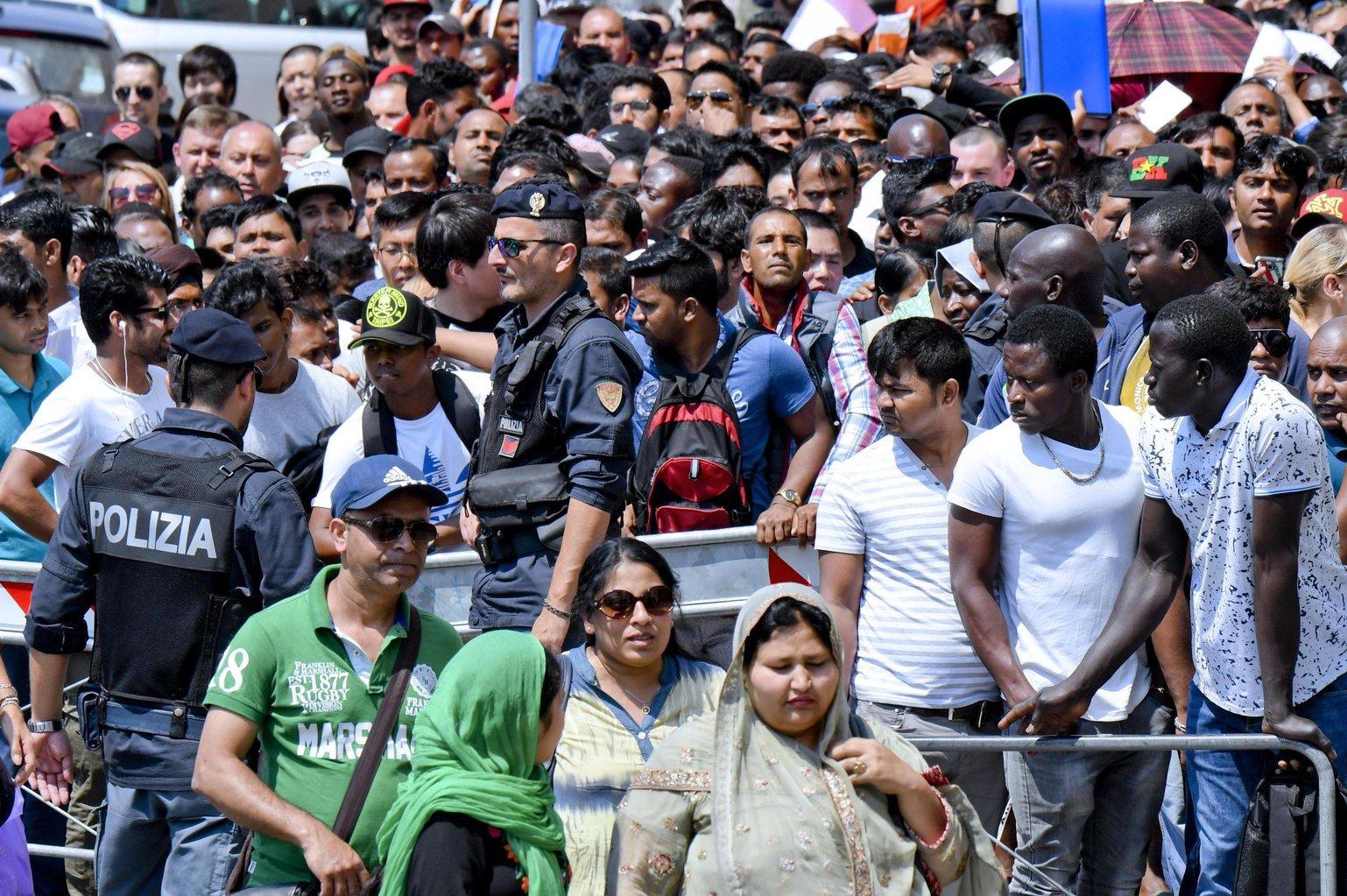 Bevándorlók tartózkodási engedélyre várnak a nápolyi rendőrkapitányság bevándorlási hivatala előtt (Fotó: MTI/EPA/Ciro Fusco)