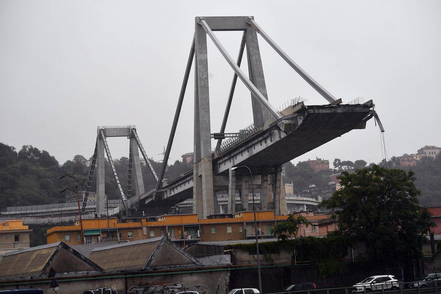 Az A10-es autópálya leszakadt hídja Genova közelében (Fotó: MTI/EPALuca Zennaro)