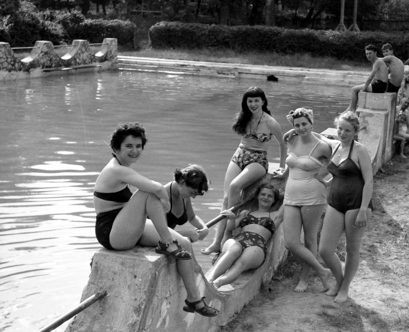 Kács, 1955. július 4. Fiatal nők csoportja a kácsi strandfürdő medencéje mellett. A Bükk kis völgyében rejtőző szép falu gyógyvize vonzza a kirándulókat. MTI Fotó: Járai Rudolf