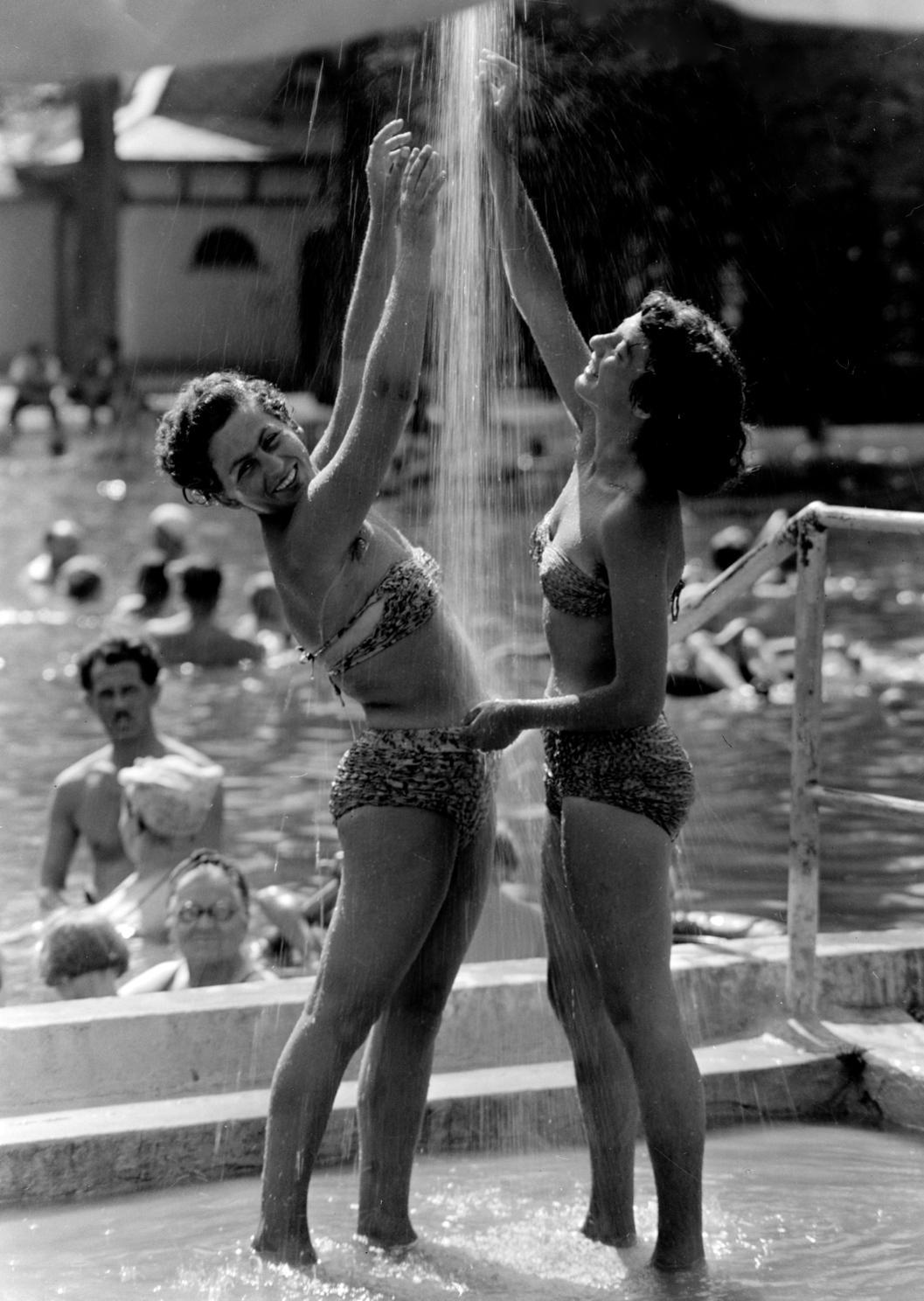 Harkány, 1956. augusztus 16. Nők zuhanyoznak a harkányfürdői strandon. MTI Fotó: Járai Rudolf