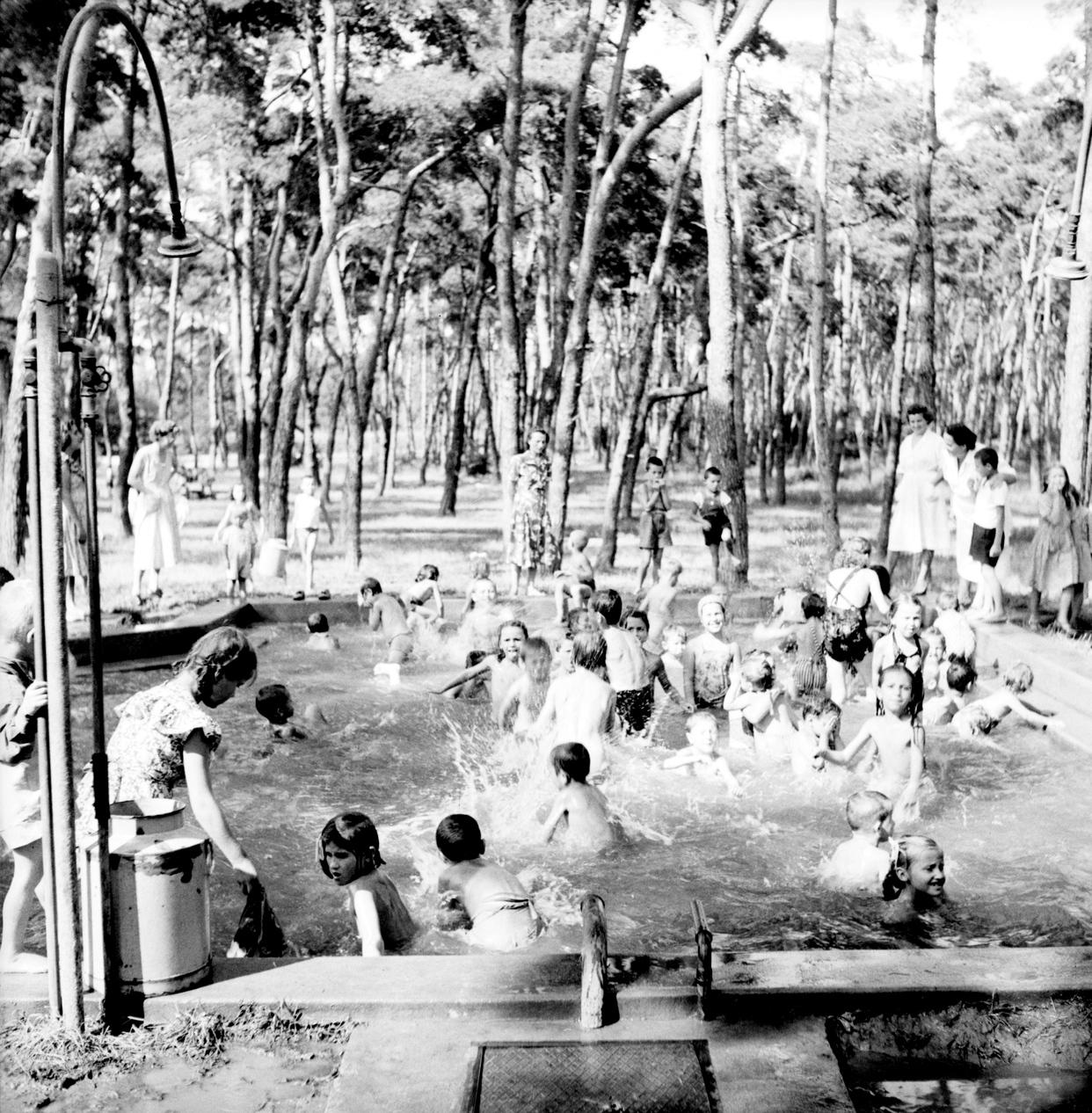Debrecen, 1951. augusztus 13. Gyerekek játszanak a debreceni nagyerdei strand szabadtéri medencéjében fehér köpenyes pedagógusok felügyelete mellett. MTI Fotó/Magyar Fotó: Vadas Ernő