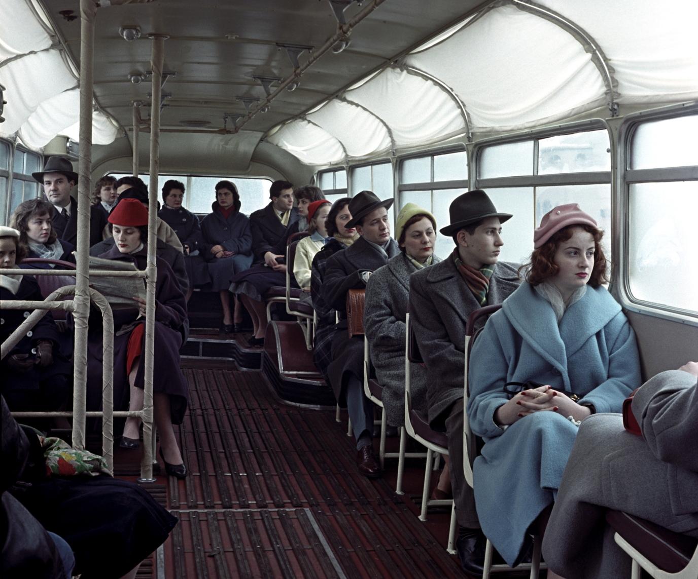 Budapest, 1958. december 23. Utasok ülnek az új, farmotoros Ikarus 66-os típusú autóbuszon, amely próbaútján a budai Várnegyedben halad. MTI Fotó: Sziklai Dezső