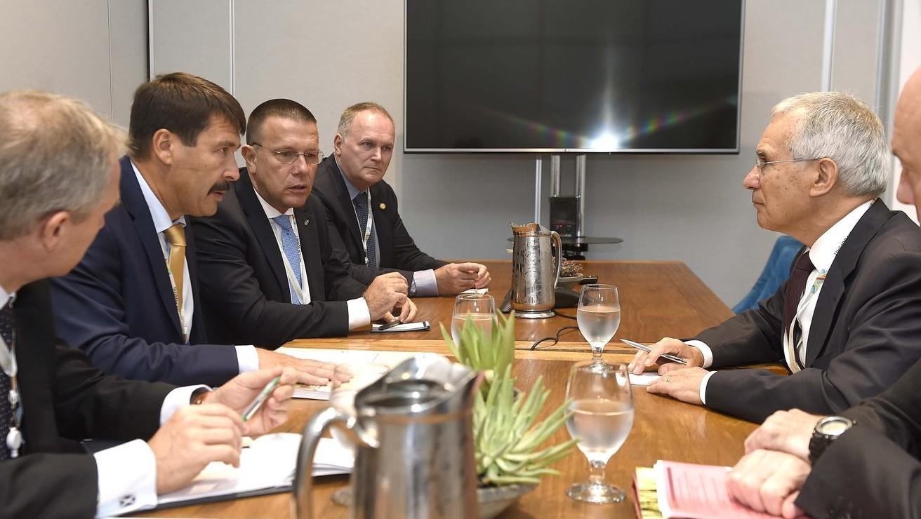 Nicholas Stern közgazdász (j2) és Áder János köztársasági elnök (b2) megbeszélése a Global Climate Action Summit nemzetközi klímacsúcs plenáris ülés idején a Moscone Center kongresszusi központban San Franciscóban 2018. szeptember 13-án. MTI Fotó: Bruzák Noémi