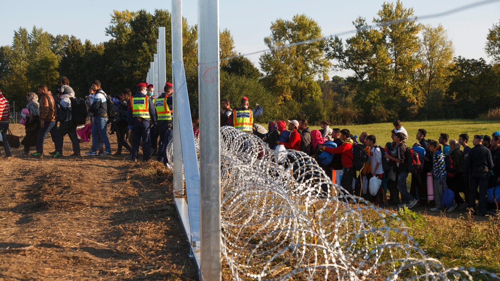 Zákány, 2015. október 2. Illegális bevándorlók lépik át a horvát-magyar zöldhatárt 2015. október 2-án. A migránsok vonattal érkeztek a horvátországi Botovóba és onnan gyalog jöttek Zákányba, majd vonatra szállnak Gyékényes vasútállomáson. A területen épül az ideiglenes műszaki határzár. A ma délutáni volt a 40. botovói vonat. MTI Fotó: Varga György