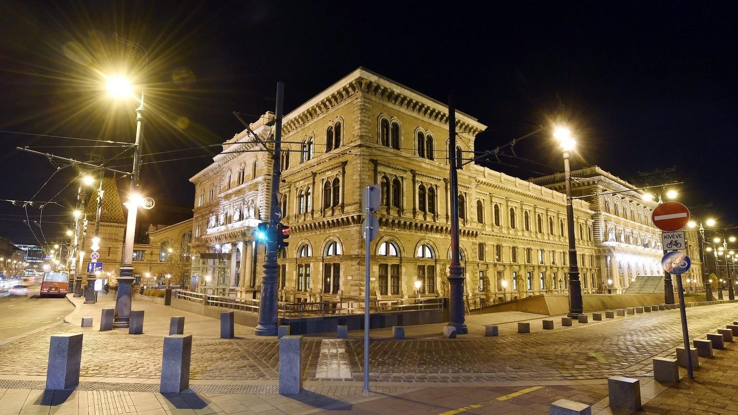 A Budapesti Corvinus Egyetem központi épülete esti díszkivilágításban (Fotó: MTI/Illyés Tibor)